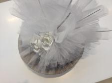 Gümüş Tepside Çiçek paketinde draje ve çikolatalar
